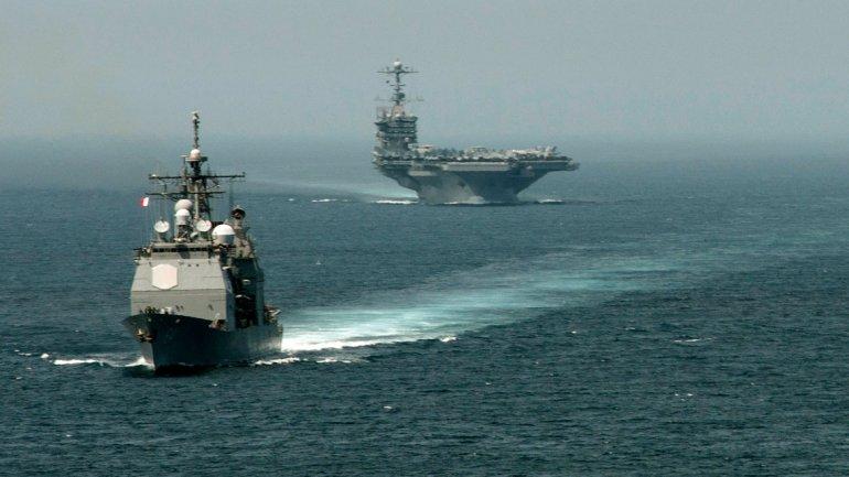 El portaaviones estadounidense Harry S. Truman navega en aguas del Mediterráneo, frente al peñón de Gibraltar