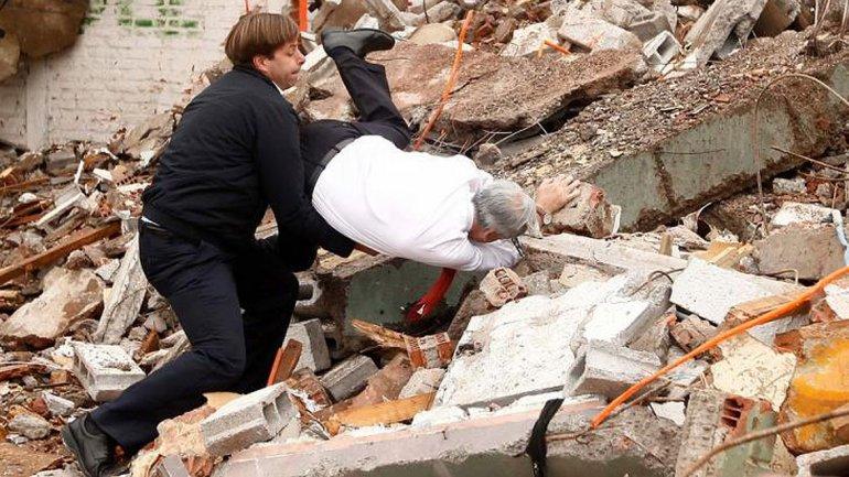 Piñera se cayó en una demolición durante un acto de gobie