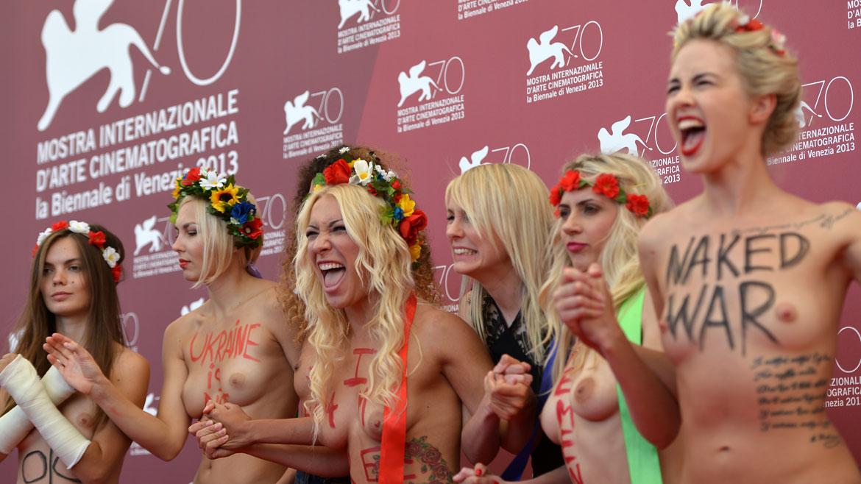 Como es habitual en sus protestas a los largo de Europa del Este, enseñaron su pecho al desnudo