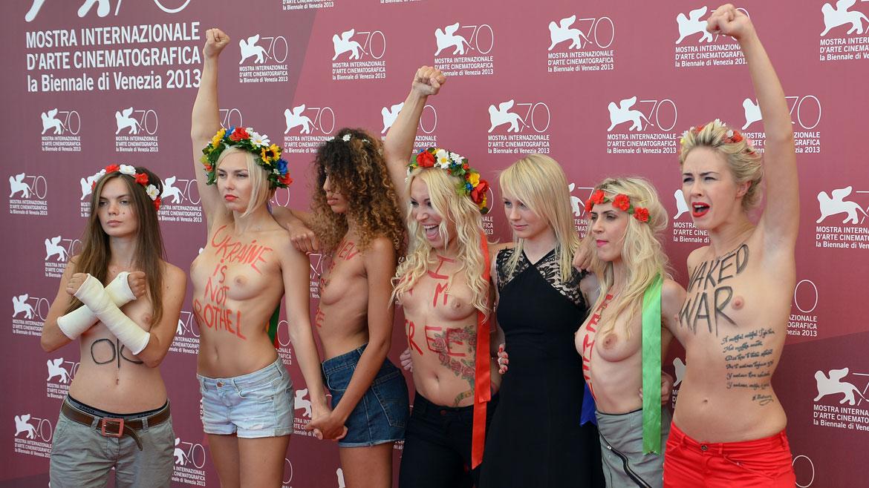 Algunos de los slogans que se podía leer en sus pechos: Womenare still here (Las mujeres siguen aquí)