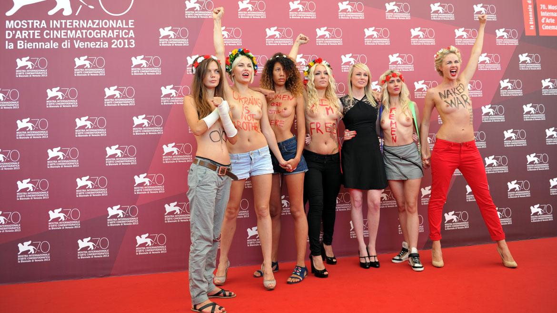 Algunos de los slogans que se podía leer en sus pechos: NakedWar (Guerra desnuda)