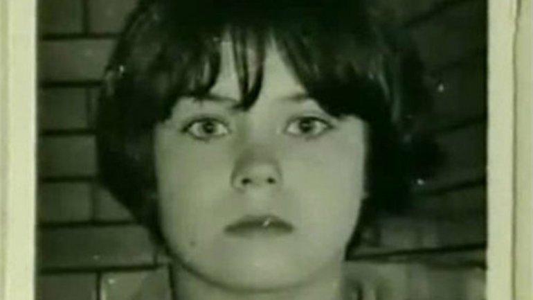 Mary Bell. Fue encarcelada por estrangular a Martin Brown, un niño de 3 años, el 25 de mayo de 1968, un día después de cumplir 11 años de edad. Luego regresó a la escena del crimen y con una navaja le mutiló los genitales y puso una M en el estómago de la víctima. Acabó en un reformatorio y fue puesta en libertad 23 años más tarde.