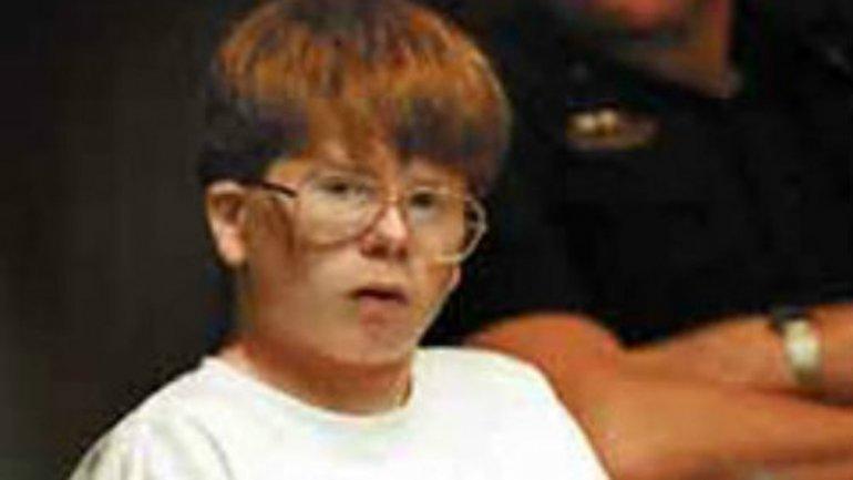 Eric Smith. A los 13 años, fue encontrado culpable de asesinar a un niño de 4 años, en 1993. El pequeño había sido estrangulado y golpeado en la cabeza con grandes rocas. Un psiquiatra diagnosticó a Smith con trastorno explosivo intermitente. Sigue en prisión y se le ha denegado la libertad condicional 5 veces, la última en 2012.