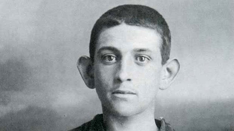 Cayetano Santos Godino, conocido como el Petiso Orejudo, esconsiderado el primer asesino en serie de la Argentina. Nació en1896 y su primer crimen lo cometió a los siete años. Sus víctimas eran bebés o niños de unos dos años. A una infante de 18 meses la golpeó numerosasveces con una piedra en la cabeza, a otro le quemó los párpados e intentóahogar a un pequeño en una piscina. Fue arrestado cuando tenía 16 años y murióen la Cárcel del Fin del Mundo, en Ushuaia, en 1944.