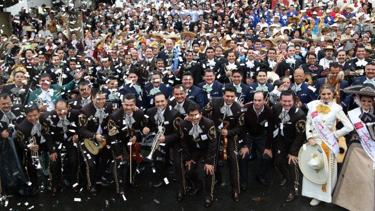 Los 700mariachis tocaron al unísono doscanciones durante cinco minutos en Guadalajara
