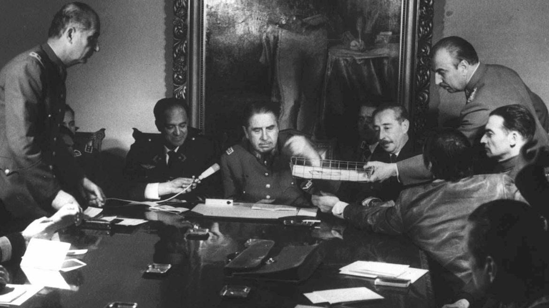20 de septiembre de 1973. El general Augusto Pinochet, al frente del nuevo gobierno militar, preside una reunión junto a otros jefes de la rebelión golpista.