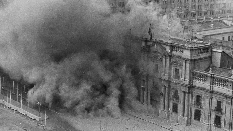 Los militares golpistas bombardean el palacio de La Moneda, el 11 de septiembre de 1973