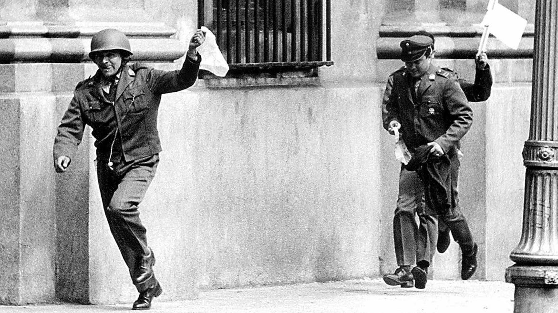 11 de septiembre de 1973. Oficiales asignados a la guardia del Presidente se rinden a las tropas golpistas enarbolando banderas blancas.