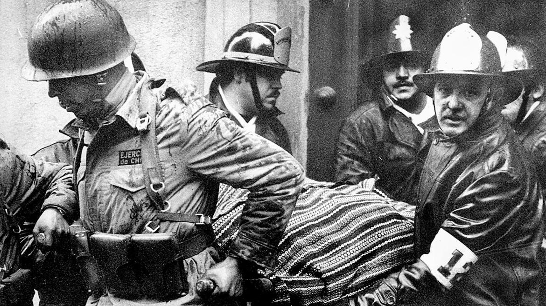 Militares sacan en andas el cuerpo del presidente Salvador Allende. La puerta que se ve detrás, sobre la calle Morandé, lleva a la residencia privada de los mandatarios. Tapiada por orden de Augusto Pinochet, fue reabierta por el presidente Guillermo Lagos en 2003, para los 30 años del Golpe.