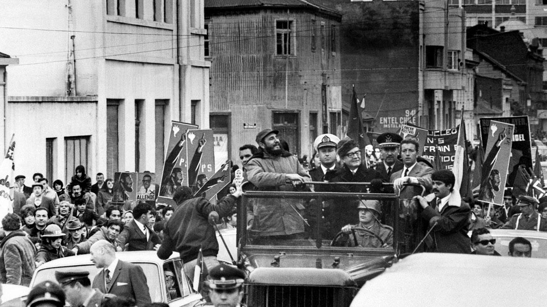 Noviembre de 1971. El presidente de Chile, Salvador Allende, recorre las calles de Santiago junto al líder cubano Fidel Castro.