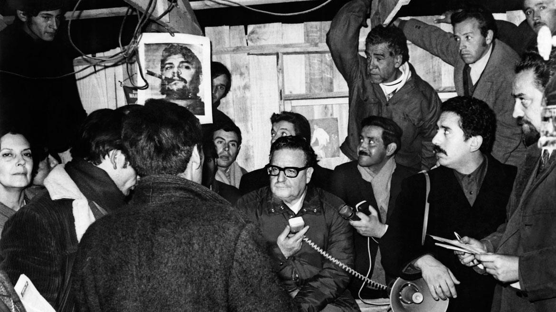 Junio de 1971. El presidente Salvador Allende y parte de su gabinete de ministros visitan a víctimas de grandes nevadas en el norte de Chile.