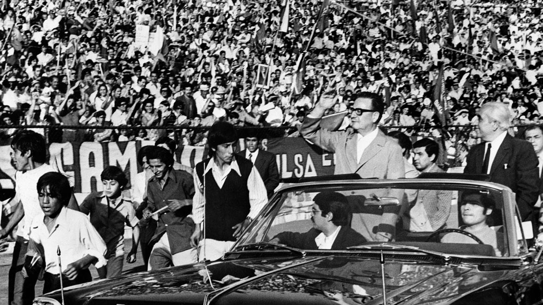 Febrero de 1973. El presidente Salvador Allende recorre la ciudad de Santiado durante un acto político.