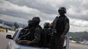 Una patrulla de las fuerzas de seguridad recorre las calles de Michoacán