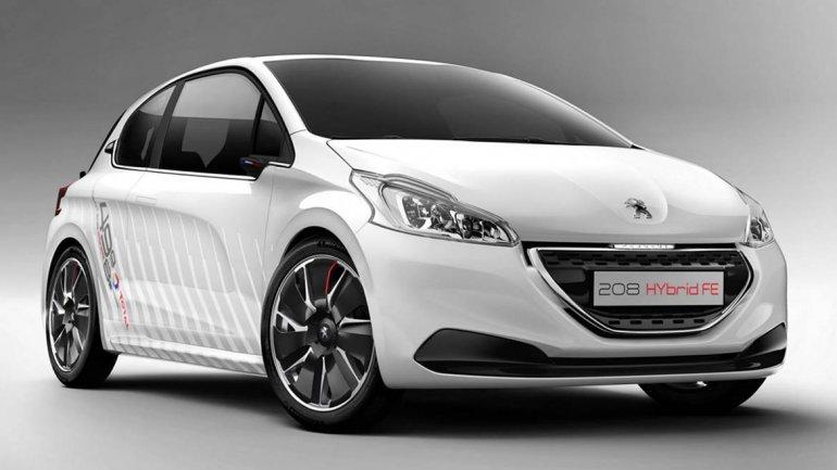Peugeout 208 Hybrid: es un híbrido deportivo, equipado con el motor de gasolina de 1.0 litros VTi y 68 CV y el mismo motor eléctrico y la batería que fueron desarrollados para el 908 HYbrid4, el coche de carrera de resistencia de Peugeot. Acelera de 0 a 1
