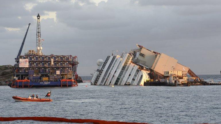 Personal capacitado trabaja en las operaciones para enderezar el crucero Costa Concordia, que encalló hace 20 meses.