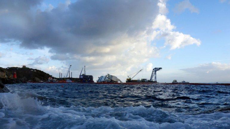 El Concordia chocó con un arrecife cerca de la costa de la isla Giglio la noche del 13 de enero de 2012 y se inundó por un corte de 70 metros (230 pies) en el casco de la nave. Murieron 32 de los 4.200 pasajeros y tripulantes.