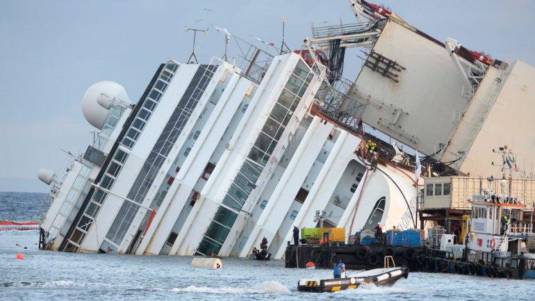 La operación, realizada por la sociedad estadounidense Titan Salvage y la italiana Micoperi, cuesta 600 millones de euros a la naviera Costa Cruceros y cerca de 500 personas trabajarán para devolver al barco a la posición vertical.
