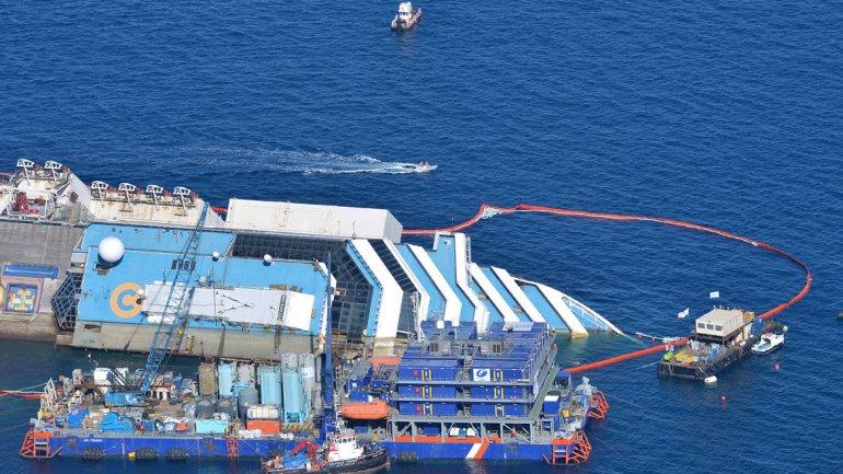 La nave encalló hace 20 meses, pero la agencia nacional de Protección Civil de Italia esperó hasta que se contara con las condiciones meteorológicas y marítimas favorables antes de dar su consentimiento.