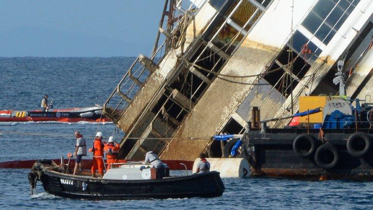 La primera fase de la operación es considerada por los expertos como la más delicada, ya que el buque (alto como un edificio de 10 pisos) yace sobre un lecho rocoso.