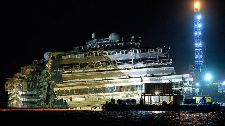 La compleja operación para enderezar el buque de 17 pisos de altura y 290 metros de eslora y 114.000 toneladas -más largo y casi el doble de pesado que el Titanic-había empezado a las 09:00 GMT del lunes.