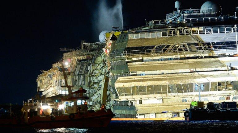 Hacia el mediodía del lunes (10:00 GMT), el crucero se había despegado de los arrecifes, en los que había encallado el 13 de enero del 2012 con 4.200 pasajeros a bordo.