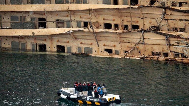 El Costa Concordia ya está vertical, pero su casco permanece hundido. En la foto se ven los balcones de los camarotes de la banda de estribor.