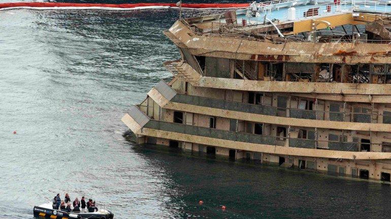 La banda de estribor del Costa Concordia muestra los estragos del agua salada.
