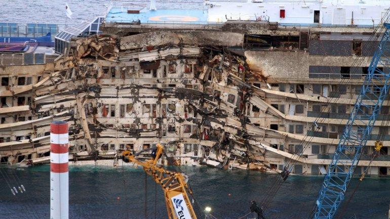 El Costa Concordia se recostó sobre su banda de estribor sobre el lecho marino.