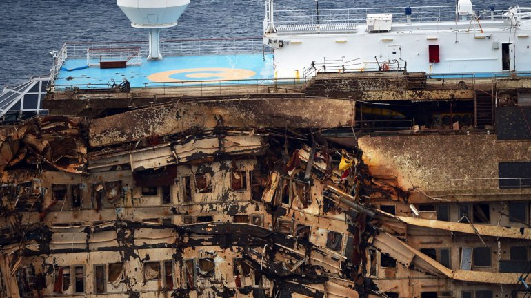 Tras 20 meses bajo el agua, la parte sumergida del casco del Costa Concordia muestra los estragos del agua salada y el peso del buque contra las rocas.