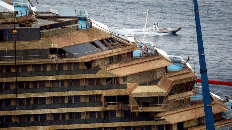 La proa del Costa Concordia, cubierta de musgo.