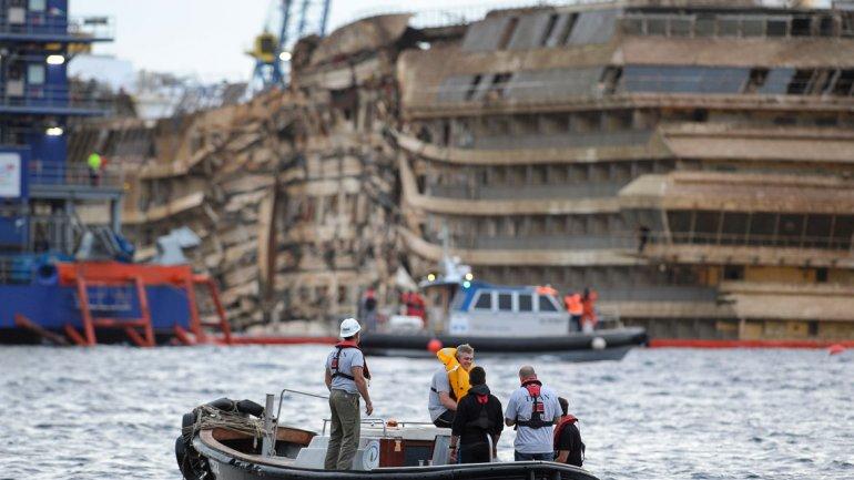 Los 114.000 toneladas del Costa Concordia deformaron la banda de estribor, sumergida 20 meses en el agua de mar.