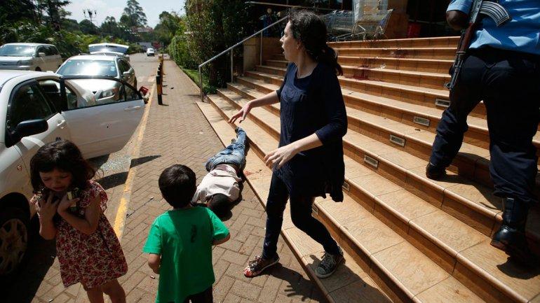 Los dos niños junto a Amber, su madre, que resultó herida en una pierna