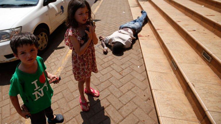 Elliot Prior y su hermanaAmelie, de 6 años, a la salida del centro comercial atacado en Nairobi