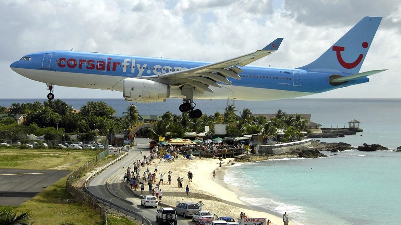 AeropuertoInternacional Princesa Juliana, San Martín. La pequeñez de muchas islas delCaribe hace que sus pistas de aterrizaje se construyan en ubicacionesriesgosas. En este caso, a metros de una playa muy concurrida