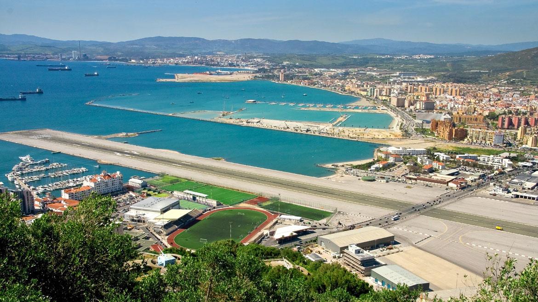 Aeropuerto Internacional Gibraltar. El territorio británico de Gibraltar tiene 6,2 kilómetros cuadrados de superficie, y prácticamente no hay lugar para la pista de aterrizaje. Por eso parte en dos a la carretera principal, que debe cerrarse cada vez que un avión despega o aterriza