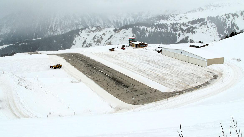 Aeropuerto Courchevel, Francia. Ubicada a más de 2 mil metros sobre el nivel del mar, durante el invierno está completamente cubierta de nieve. Tras sortear peligrosas montañas, los aviones deben aterrizar en una pista corta y con gran pendiente