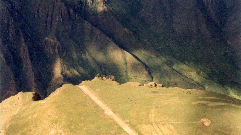 Pista Aérea Matekane, Lesoto. Si algún avión tiene problemas de frenos, esta es la peor pista posible. Termina abruptamente al borde de un acantilado de 600 metros de profundidad. Sólo pueden usarla aviones pequeños y de poco peso