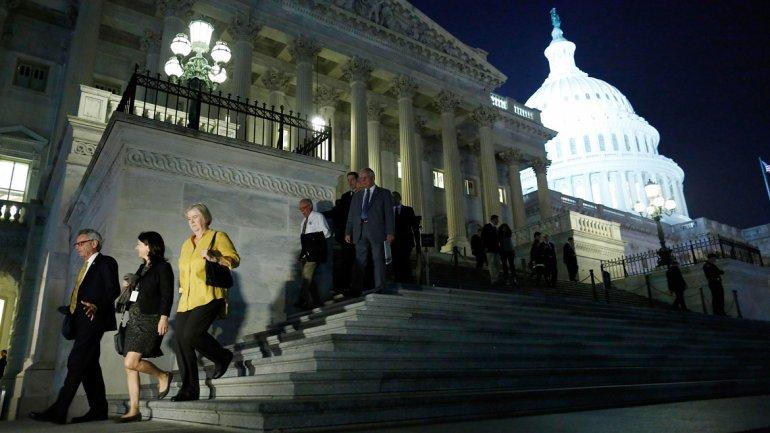 Congresistas a la salida del Capitolio tras la votación