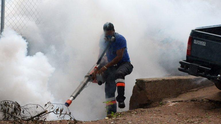 Agentes sanitarios fumigando en Brasil