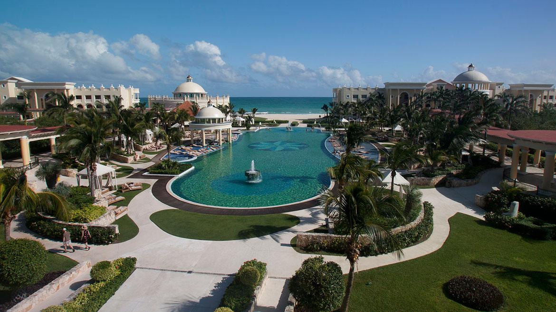 Iberostar Grand Hotel Paraiso, Playa Paraiso, Playa del Carmen, México. Encabeza la lista de ganadores delTravelers Choice Awards 2013para la categoría deresortsall-inclusive, que entrega todos los años el sitio TripAdvisor a partir de las opiniones de los turistas