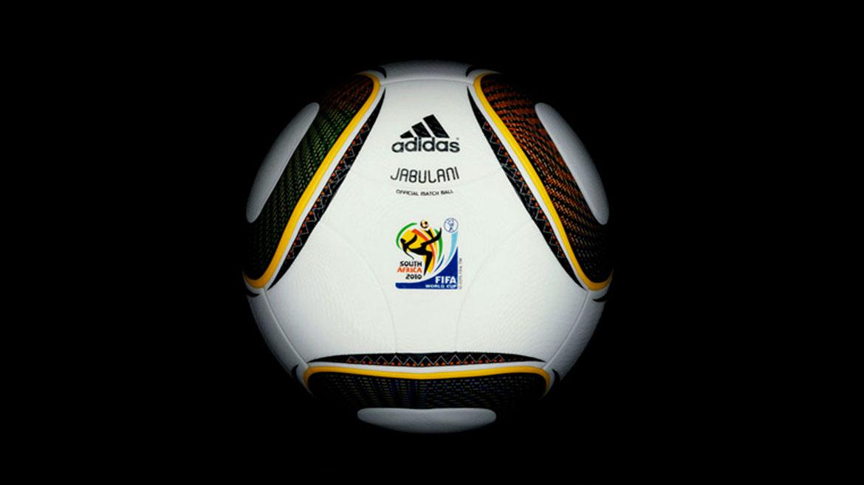 Sudáfrica 2010:La Jabulani se ha convertido en inolvidable por las críticas que recibió. Tenía 11 colores en los paneles, reflejo simbólico de los 11 jugadores de cada equipo, de los 11 idiomas oficiales de Sudáfrica y de las 11 comunidades sudafricanas que recibieron al Mundial.