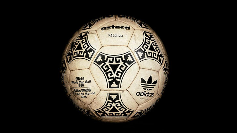 México 1986:El modelo se llamó Aztecay fue el primer balón completamente producido a partir de materiales sintéticos. Como símbolo de la cultura del país se produjo en triángulos típicos para su diseño.