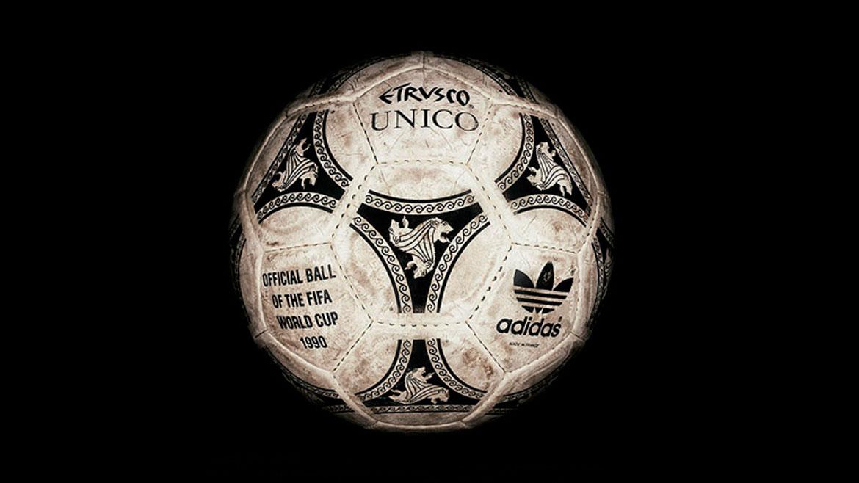 Italia 1990:Los creadores de la Etrusco Unico se inspiró en la pelota Tango. Pero para retratar la cultura local, utilizaron tres leones etruscos y 20 triángulos impresos en la pelota.