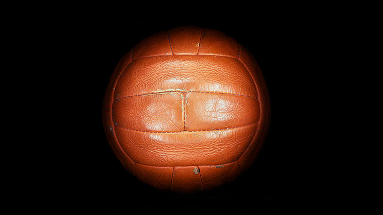 Inglaterra 1966:Este balón contaba con 24 gajos y fue presentado por los británicos como 4-Star Challenge.Decretó el final de las pelotas de 18 brotes y comenzó una nueva era.
