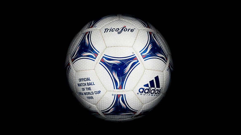 Francia 1998:Apareció la primera pelota multicolor. La Tricolorfue inspirada en la bandera francesa, y se basada en otro símbolo nacional para acabado: el gallo.