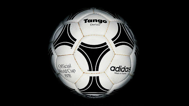 Argentina 1978:La Tangodecidió innovar en la distribución de los gajos. Se mantuvo la cantidad de 32, pero se los dividió en 20 hexágonos y 12 pentágonos. La idea permaneció durante cinco ediciones más.