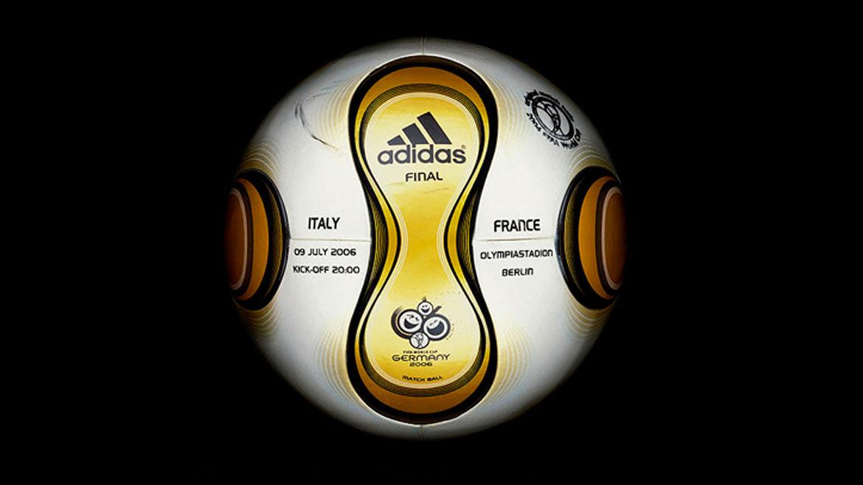 Alemania 2006: Este balón se llamó Teamgeist e innovó al componerse de 14 paneles curvos. Por primera vez, todas las bolas eran personalizadas: en cada partido se le imprimía la fecha, el nombre del estadio y las selecciones.