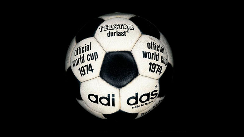 Alemania 1974:El modelo mexicano fue tan exitoso que se mantuvo durante la Copa del Mundo en Alemania, con cambios menores. Hasta el nombre era similar: Telstar Durlast.