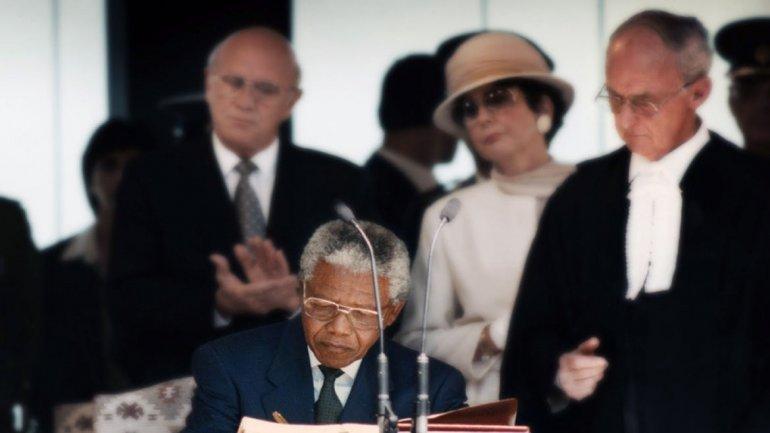 Nelson Mandela jura como presidente presidente de Sudáfrica el 10 de mayo de 1994. Al fondo, Frederic de Klerk, quién desde la presidencia inició las reformas que permitieron el fin del apartheid y la llegada del primer presidente negro al poder.