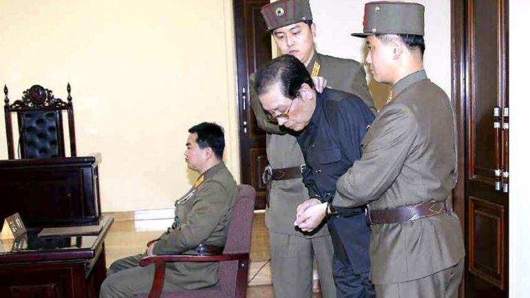 Jang Song-thaekdurante el juicio militar previo a su ejecución por traición